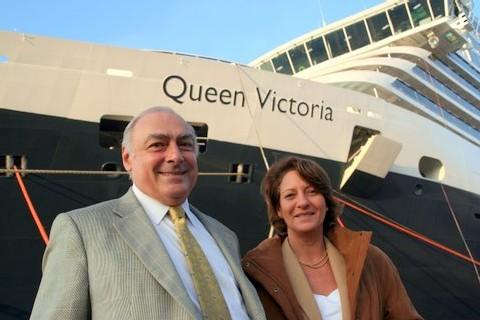 Rémy Arca et Viviane Richer, respectivement PDG et DG du Club International de la Croisière (CIC), représentant de la Cunard en France, posent devant le Queen Victoria à Fincanteri, 2e plus gros navire de la Compagnie britannique