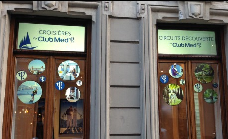 La vitrine de l'agence diffuse des bulles avec des images des villages Club Med pour attirer les passants - Photo Club Med