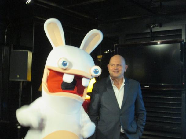 """Un """"lapin crétin"""" l'attraction phare 2014 du Futuroscope. Ici avec Dominique Hummel président du Directoire du Futuroscope lors de sa conférence de presse à Paris."""