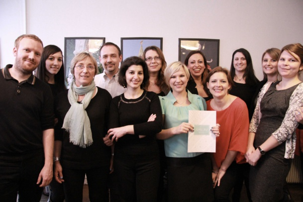 La quasi totalité de l'équipe Amslav. Avec la brochure, Tatiana Maltseva  responsable de la production et à sa droite, en rouge, Natacha Demoux directrice des ventes. C'est Dora Haller, responsale de la communication et du e-marketing qui prend la photo.