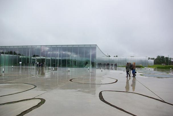 Le Louvre Lens étale ses 17 000 m² sur un parc propice à la déambulation - les familles ne s'en privent pas - DR : J-F. R.