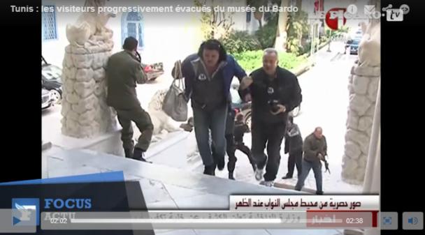 Capture d'écran de la vidéo diffusé par LeFigaro.fr. On voit que les deux personnes au premier plan portent un autocollant distribué aux excursionnistes par MSC Croisières - DR