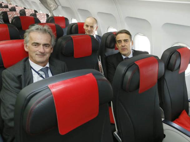 La modernisation du produit moyen courrier porte avant tout sur les fauteuils cuir bleu marine, ultra légers, inclinaison 20 degrés - les mêmes en Eco et en classe Affaires - Photo Air France