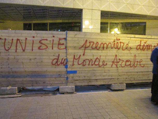 """Lundi dernier, avenue Bourguiba, à Tunis. Sur ce mur, près de l'ambassade de France, on peut lire : """"Tunisie, première démocratie du monde arabe"""" - Photo MS"""