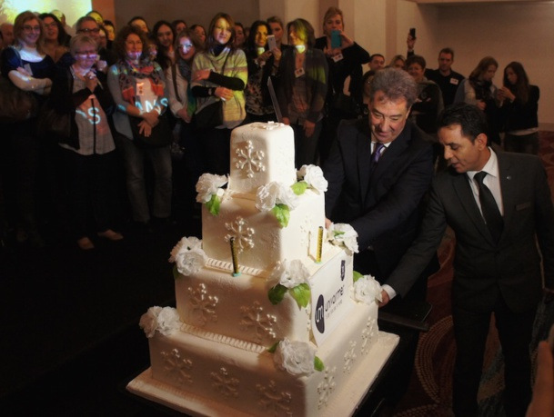 Jean Dionnet, PDG d'Univairmer a découpé au sabre, le gâteau d'anniversaire pour les 10 ans du Groupe lors de la convention organisée à Istanbul - Photo CE
