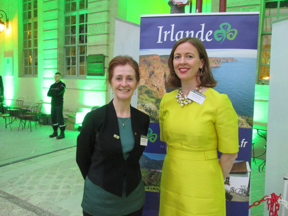 Finola O'Mahony directrice Europe de l'OT d'Irlande (à gauche) et Monica MacLaverty directrice pour la France. Ici au Centre Culturel Irlandais de Paris qui adopte la couleur verte pour fêter la Saint Patrick.