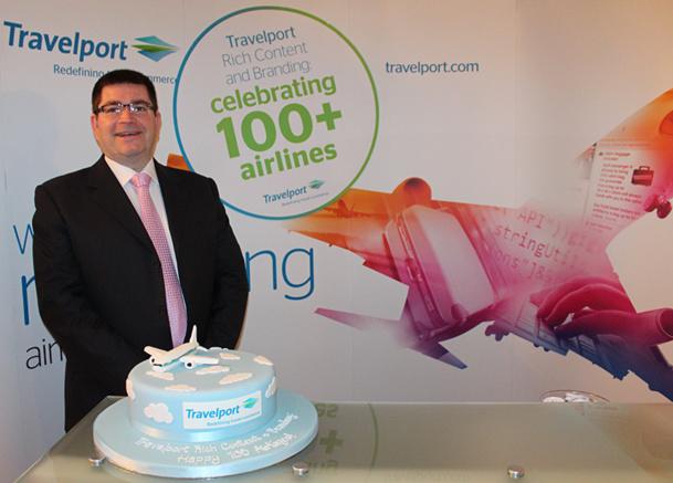 Ian Heywood, directeur de la stratégie globale fournisseurs de Travelport, célèbre, avec un gâteau sur le thème, le cap des 100 compagnies aériennes dans Travelport Rich Content and Branding - DR : Travelport