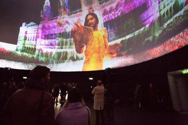 A l'intérieur de la ViennaSphere, la gagnante de l'Eurovision 2014, Conchita Wurst, a chanté son titre Rise Like a Phoenix en 3D. (c) WienTourismus et Rainer Fehringer