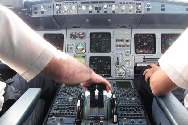 En prenant ses précautions avant le décollage, voilà une bonne partie des vols moyens courrier un peu plus à l'abri  d'une absence d'un pilote du poste de pilotage ''pour satisfaire des besoins physiologiques''. /photo Wikipedia