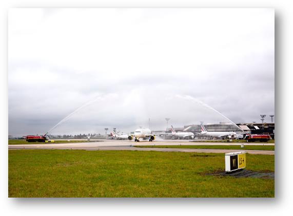L'avion de Vueling a été accueilli à Orly par une arche d'honneur - DR : Vueling