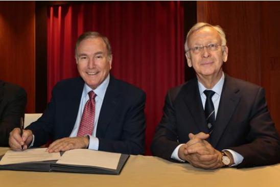 Le CEO et Président de Royal Caribbean Cruises Ltd. Richard D. Fain Ltd., à gauche, a reçu le nouveau navire de part des chantiers Meyer Werft via son Directeur des partenariats , Bernard Meyer, à droite - DR : Royal Caribbean International