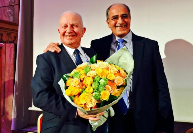 JP Mas a offert à Raoul un bouquet de fleurs à l'occasion du 50e anniversaire de l'APST /photo Jdl