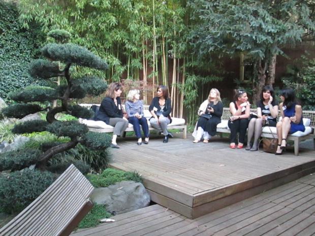 """Le style """"Asia"""", une séance de travail et de rencontres dans le jardin de la maison Kenzo près de la Bastille à Paris."""