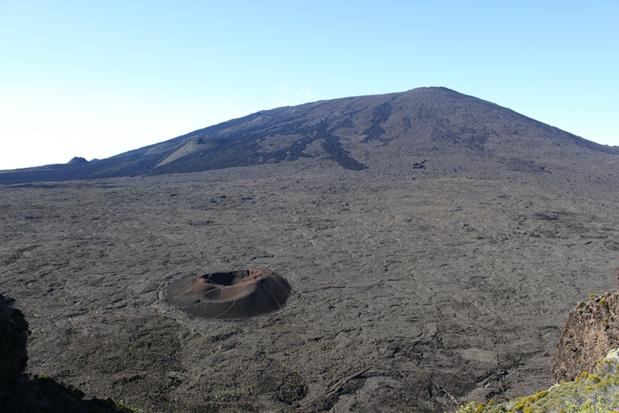 Entièrement volcanique l'île est le fruit de l'imbrication de trois volcans : le Piton des neiges, le volcan des Alizés- quasi détruit- et le piton de la Fournaise, actif depuis 450 000 ans - Photo AB