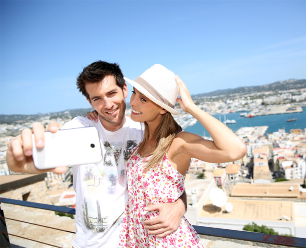 Plus de 91% des utilisateurs d'Internet en vacances déclarent se connecter au moins une fois par jour. © goodluz - Fotolia.com
