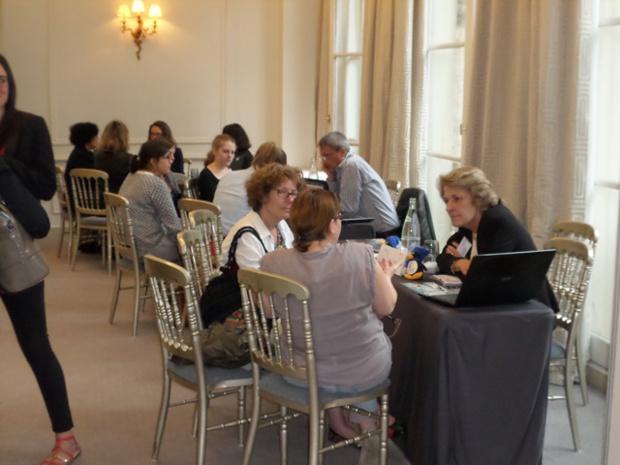"""Dans les salons de l'Hôtel des Arts & Métiers de Paris, ambiance studieuse entre """"pros""""."""