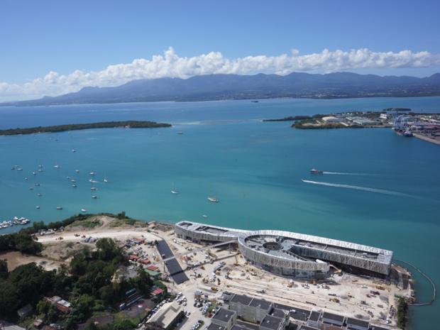 L'emplacement du bâtiment est stratégique. Il est situé à l'arrivée de la Route du Rhum, au Sud-Est de Pointe-à-Pitre, et à seulement 10 mn du port de croisière, et 20 mn de l'aéroport.  Autre atout majeur : un ponton de 60 mètres linéaires facilitera l'accès par la mer grâce à la mise en place d'une navette maritime.  - Photo Mémorial ACTe