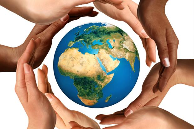 """Lorsque la taxe Chirac, que l'on pourrait plutôt appeler une """"contribution universelle à la sauvegarde des enfants du monde"""" a été présentée devant les grandes instances du monde, vous savez le grand machin de l'ONU, tout le monde a applaudi des deux mains (certains aussi avec les pieds) © Alx Fotolia"""