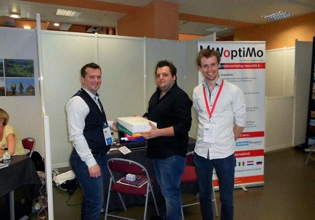 Xavier Berthier, l'organisateur du salon, Félix Lapoussière et Guillaume Simonin tirent au sort le grand gagnant d'un audit SEO gratuit avec Woptimo pendant le Salon des blogueurs de voyage. Le blog bénéficiera d'un suivi de son référencement pendant un mois par la société de conseil. ©OS