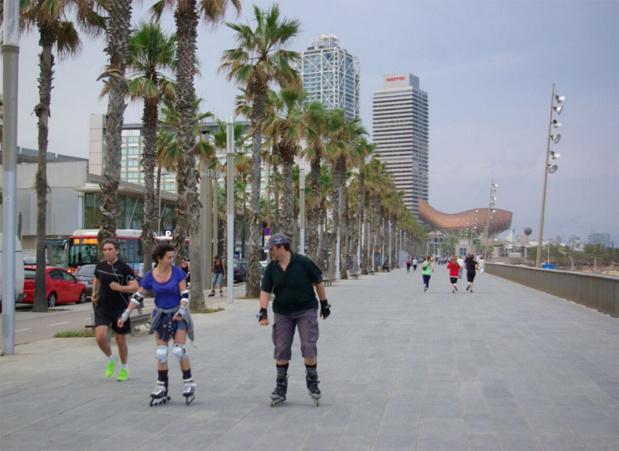 Le long de la plage débute la longue promenade piétonne conduisant au port Olympique. Joggeurs, patineurs et cyclistes, dans leurs tenues flashy, donnent un air assez californien à l'endroit - DR : J-F.R.