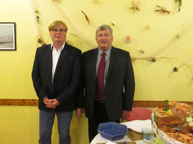 Guy Cholot (à droite) maire de  la petite commune de Port-Bail propriétaire du Village Vacances « La Porte des Isles » et Michel Cloupeau, directeur de ce village de vacances. 78 % des villages gérés par VVF appartiennent aux collectivités territoriales (communes, communautés de communes etc.).