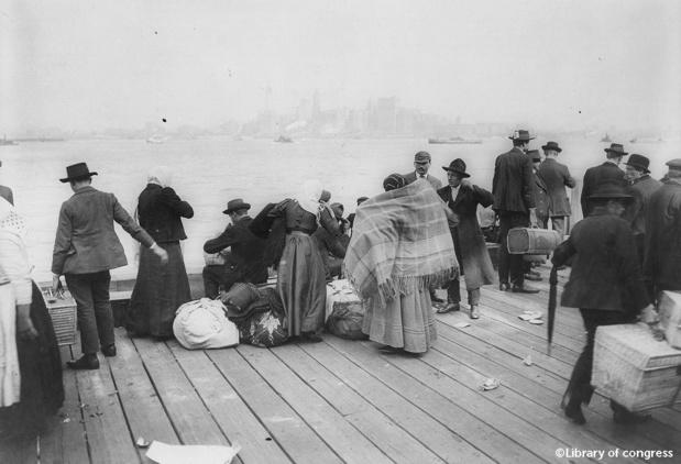 Emigrants en attente face au port de New York. Library of Congress.