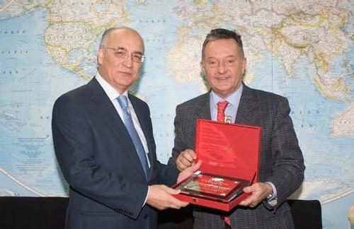José Antonio Tazón, Président d'Amadeus, recevant le trophée du Mérite des Affaires par l'Organisation Mondiale du Tourisme, par Francesco Frangialli, Secrétaire Général de l'OMT