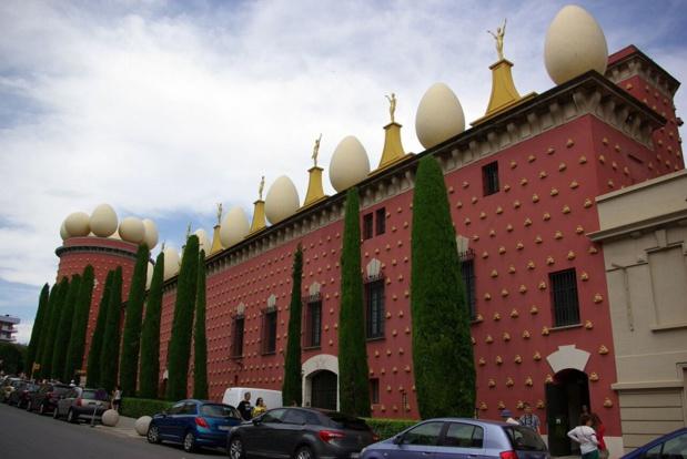 Le musée Dali, un vaisseau rose moucheté de concrétions, surmonté d'un crénelage d'oeufs blancs géants, flanqué de la tour Galatea et dominé par une coupole-verrière - DR : J-F.R.