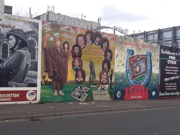 Des conflits des décennies 60 et 70, Belfast garde seulement les fresques murales qui racontent l'histoire du pays et même au-delà - DR : J-P.C.