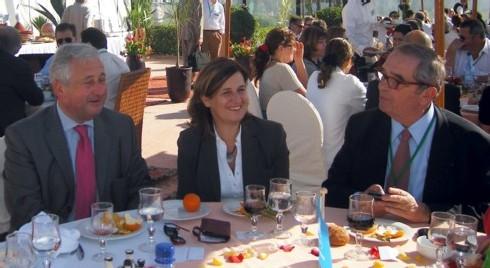 Déjeuner Air France sur la terrasse du Palais des Roses d'Agadir. François-Xavier de Boüard président de Selectour et Georges Colson, président du SNAV entourent Agnès Gascoin (Air France)