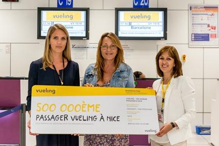 Le 500 000ème passager de Vueling à Nice, voyageant sur le vol VY1518 vers Barcelone, a reçu un billet A/R pour deux personnes - DR ; Vueling