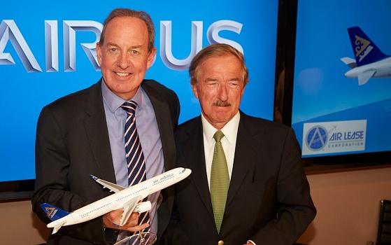 De gauche à droite Peter Foster, PDG d'Air Astana, signe pour sept Airbus A320neo, au salon Paris-Le Bourget, avec Steven Udvar-Házy, Président et Directeur Général d'Air Lease Corporation - DR : Air Astana