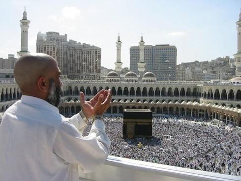 A l'agence de voyages ils préfèrent le « guide » religieux qui est allé à la Mecque de nombreuses fois, le « Tawaf » du quartier qui aura effectué la circumambulation, les sept tours indispensables autour de la Kaaba… (photo DR)