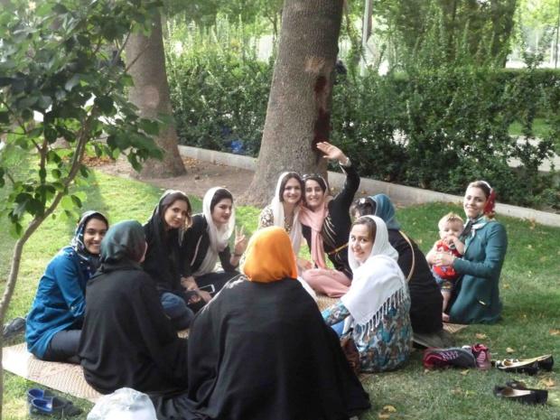 Un groupe d'amies dans un parc d'Ispahan. Respectueuses de leurs traditions, elles sont aussi éprises de modernité - Photo Véronique Robin
