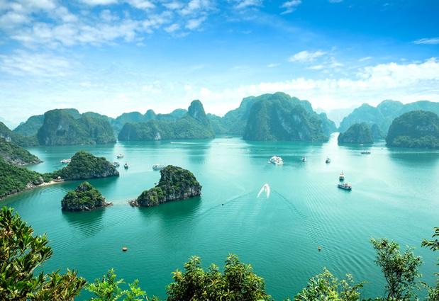 La Baie d'Halong est un incontournable du Vietnam. Sur une jonque au milieu de la mer, le voyageur a toujours quelque chose à regarder.   C'est très calme, avec une activité de pêcheurs...Photo Fotolia Auteur : cristaltran