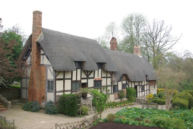 En quittant Stratford, on découvre Anne Hathaway's Cottage, maison natale de l'épouse de Shakespeare.   Une incursion campagnarde agréable, entre collines basses et prairies grasses. Les spécialistes apprécieront - DR : J.-F.R.