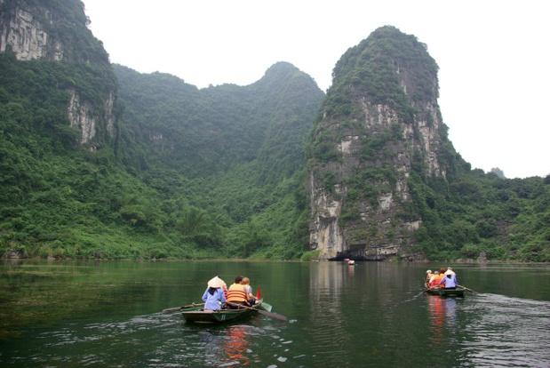 Jumelle de la célèbre baie d'Ha Long et de ses pains de sucre calcaires, le site de Trang An livre un paysage surprenant de falaises, pitons calcaires et grottes karstiques. Au point que l'on en parle comme d'une « baie d'Ha Long terrestre » - DR : J.-F. R.