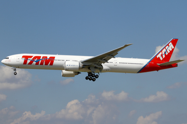 Les couleurs du Boeing 777 qui relie Paris à Sao Paulo devraient bientôt changer avec l'adoption d'une marque unique. DR TAM