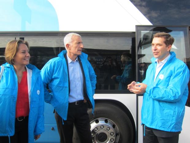 Rachel Picard la directrice de Voyages SNCF, Guillaume Pépy, le présidence de la SNCF et Roland De Barbentane, le directeur de OuiBus lors du départ du premier autocar OuiBus. DR - LAC