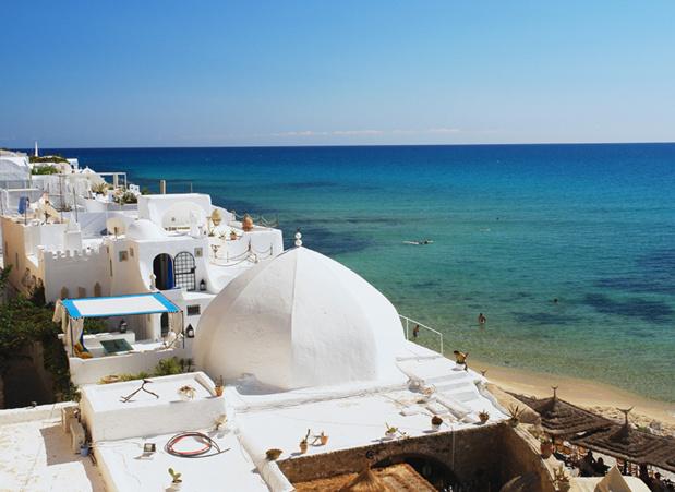 """Wahida Jaiet : """"2010 n'est plus à prendre en configuration. En Tunisie comme en France la situation a changé. Il y a une crise économique et sociale. Des deux côtés de la Méditerranée nous ne sommes pas en phase de prospérité."""" - Photo Vue d'Hammamet en Tunisie - Fotolia Auteur : milda79"""