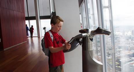 "Les enfants peuvent voyager dans le temps à Londres avec les ""Tell : Scopes"" de The View From the Shard - Photo DR"