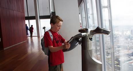 """Les enfants peuvent voyager dans le temps à Londres avec les """"Tell : Scopes"""" de The View From the Shard - Photo DR"""