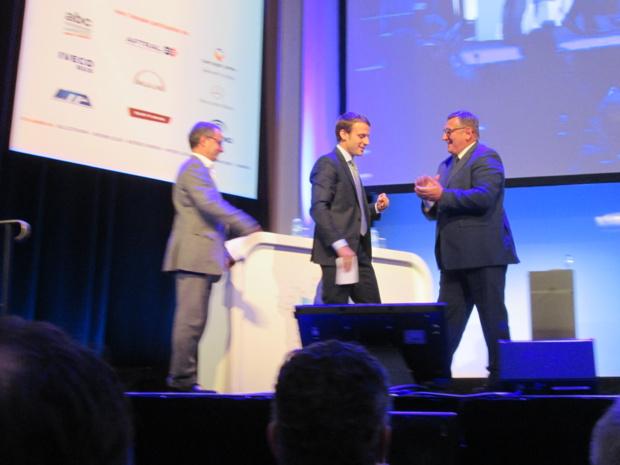 Emmanuel Macron et Michel Seyt Président de la FNTV. Un ministre visiblement ravi des applaudissements de la salle - Photo M.S.