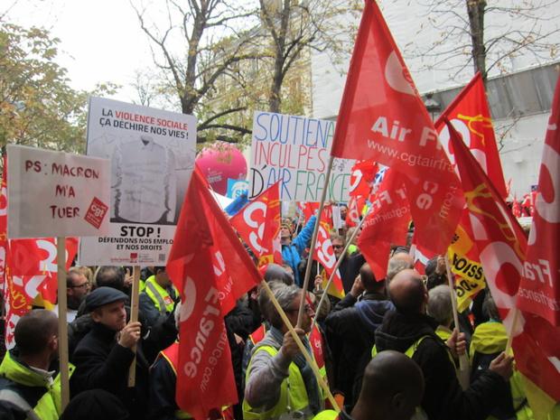 Plusieurs milliers de personnes se sont réunies jeudi 22 octobre pour manifester leur opposition aux réduction d'emplois chez Air France. DR-LAC