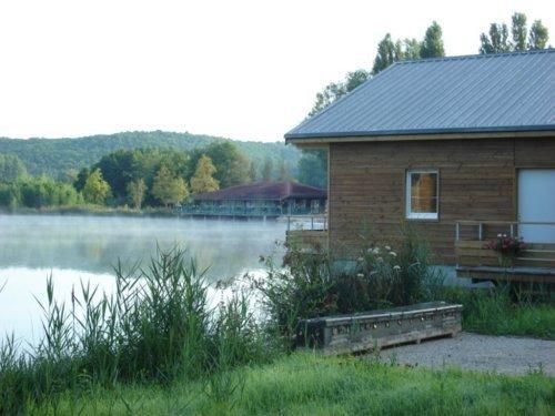 Les Cottages du Lac à Coly dans le Périgord Noir. La résidence est dans une propriété boisée de vingt hectares autour d'un lac privé.