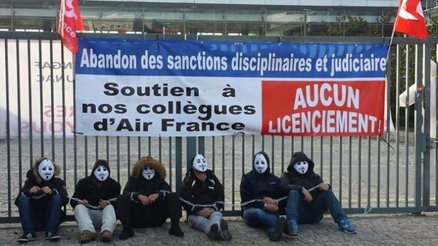 Les salariés d'Air France se mobilisent pour soutenir leurs collègues visés par la justice et la direction de la compagnie à la suite des violences du 5 octobre 2015 - Photo : Paris-luttes.info