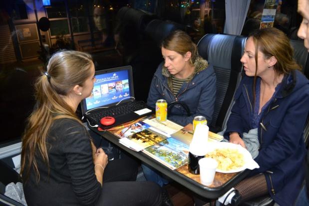 Les agents de voyages au travail, à Nice, à l'intérieur de l'Autocar aménagé spécialement pour le TourMaG&Co Roadshow - Photo : M.C.