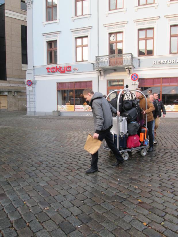 Les quartiers historiques de Riga et Tallin sont interdits aux autocars et aux voitures. Pour le transfert des bagages les hôteliers se débrouillent avec les moyens du bord.