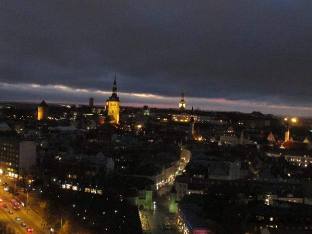 Tallin la nuit vue du musée du KGB au 23e étage de l'hôtel Viru.