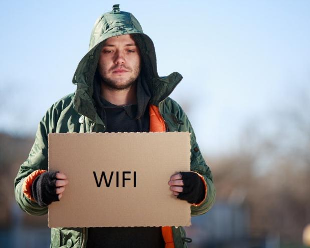 """L'idée ? Équiper les SDF de bornes Wifi, de façon à permettre cette fameuse connexion partout dans la ville. Comme le dit cette association, """"nous voulions faire d'une pierre deux coups : résoudre le problème de pauvreté et donner un service aux habitants et aux touristes"""" ! - © Sergey - Fotolia.com"""